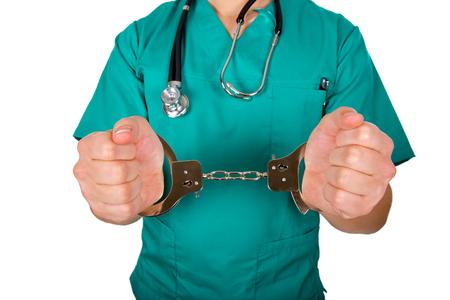Sluit omhoog foto van handboeien om: doen artsenhanden Stockfoto