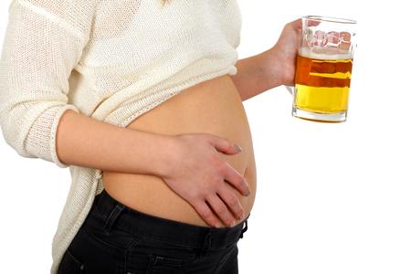 vientre femenino: Cerveza joven mujer beber en el fondo blanco