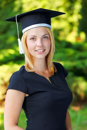 Herrliche glückliche junge Frau trägt eine Graduierung Hut