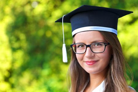 Foto von einer wunderschönen jungen Frau glücklich tragen Graduierung Cap