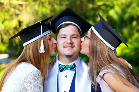 Gruppe glückliche Studenten genießen ihre Graduierung Tag Standard-Bild