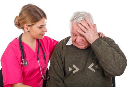 Beeld van een oude mens die een ernstige migraine heeft - geïsoleerde achtergrond