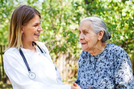 senior dame avec plusieurs émotions médicaux parler au médecin de femme dans le parc