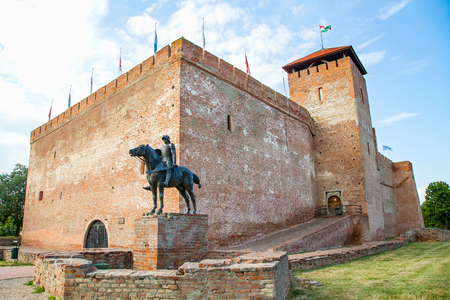 Picture of the medieval Gyula castle, made of bricks Imagens