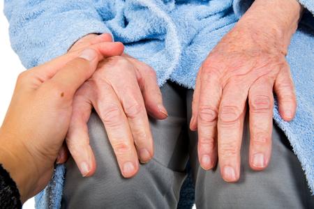 Soignant touchant des patients âgés à la maison Banque d'images - 89885610