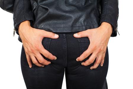 고립 된, 성적 매력에 그의 여자 친구의 엉덩이 잡는 젊은 남자를 닫습니다