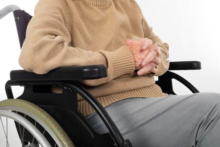 Close up picture of elderly female hands holding - hands shaking, parkinson disease 版權商用圖片 - 121261326