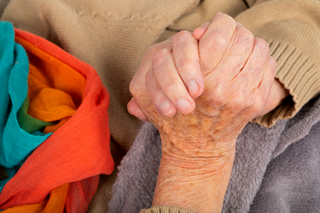 Close up picture of elderly female hands holding - hands shaking, parkinson disease 版權商用圖片 - 121260996