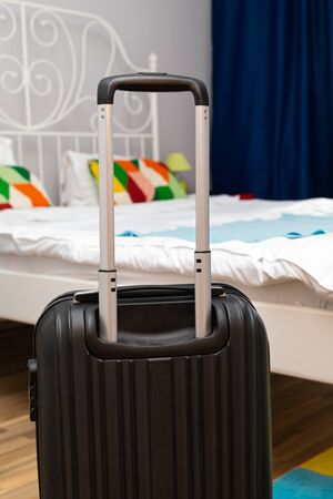 Traveler suitcase full of clothes at cozy modern apartment Фото со стока - 130818514