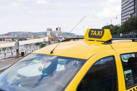Gelbe Taxis warten auf einen Passagier in Budapest