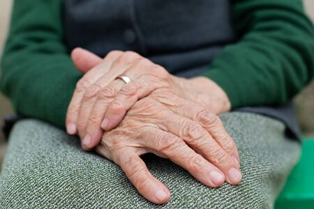 Close up picture of elderly hands of a widowed woman 版權商用圖片 - 144894804