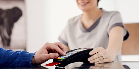 신용 카드로 지불하는 남자