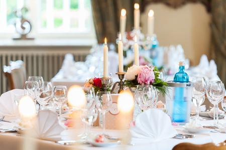 Decoración de mesa de boda con velas y flores.