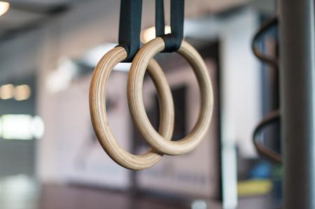 Anillos de giro de madera en el gimnasio Foto de archivo