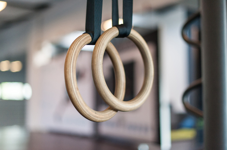 Wooden turn rings in fitness hall Stockfoto