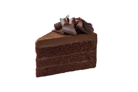 三角形の形状は、クリッピングパスと白い孤立した背景にチョコレートカールとトッピングダークチョコレートファッジケーキの部分をスライスします。バースデーケーキの自家製ベーカリーコンセプト。