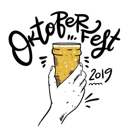 Oktoberfest vector lettering and hand holds beer glass. Modern brush calligraphy. Foto de archivo - 129717298