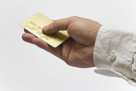 Manos de oro la celebración de una tarjeta de crédito aislada backgrund Foto de archivo - 2160418