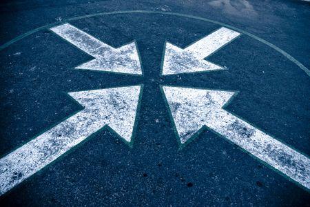 flecha direccion: Cuatro flechas sobre el asfalto en la calle