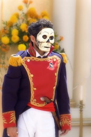 traje mexicano: cráneo en el traje tradicional mexicano