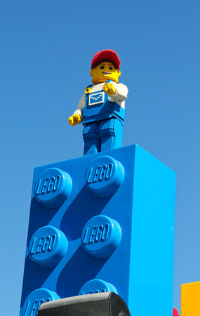 캘리포니아 칼스 배드 USA- 2014년 4월 : 레고 랜드 캘리포니아 레고 남자 에디토리얼