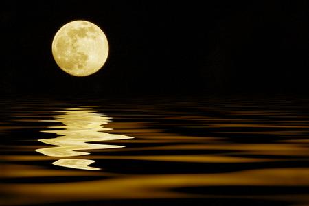 noche y luna: luna amarilla sobre la reflexión del mar