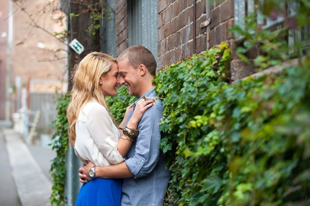 young couple kiss: Retrato de perfil de una joven pareja feliz en el amor. Foto de archivo
