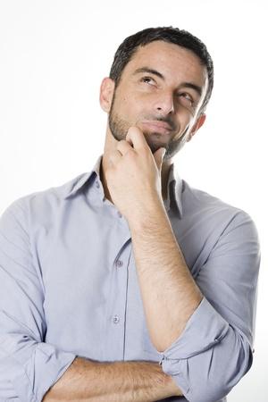 hombre pensando: Caucásicos hombre joven con barba Pensamiento Dudar y Considerando una decisión aislada en el fondo blanco
