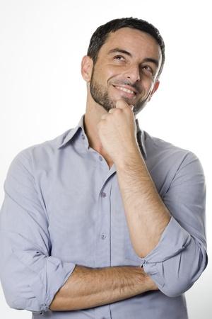 Caucásica feliz hombre joven con barba pensamiento incrédulo y Considerando una decisión aislada en el fondo blanco