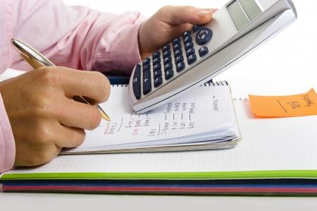 L'uomo con la calcolatrice e il costo della vita