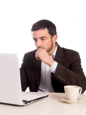 orizzontale ritratto di un uomo d'affari concentrandosi su un computer portatile