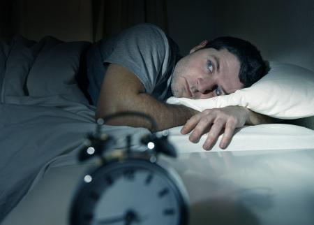 눈으로 침대에 젊은 사람이 불면증으로 고통과 수면 장애 자신의 문제에 대해 생각 연