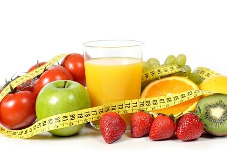 新鮮な果物、野菜、測定テープでオレンジ ジュースのミックス