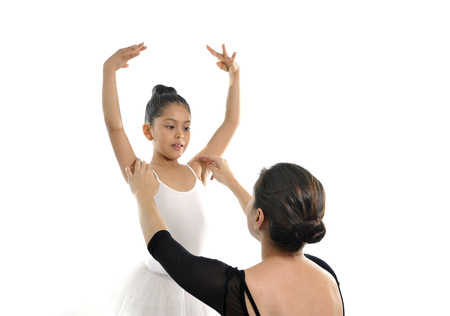 niños bailando: pequeña bailarina lección de baile joven de aprendizaje con el maestro de ballet femenino