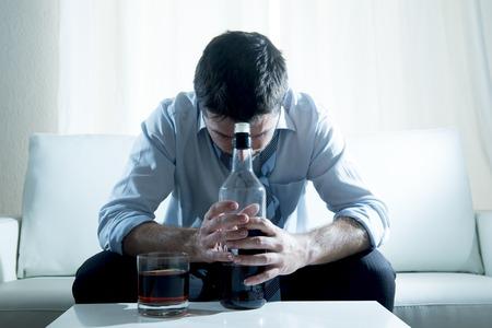 alcool: caucasien alcoolique d'affaires v�tu d'une chemise de travail bleu