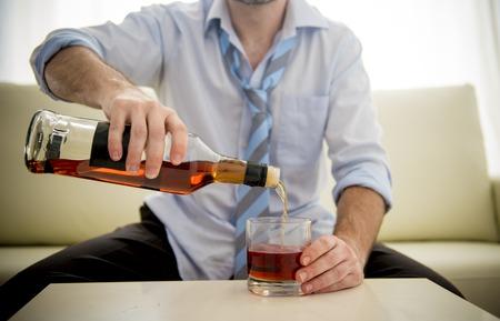 botella de whisky: Hombre de negocios caucásico alcohólica que llevaba una camisa de trabajo azul y corbata borracho Foto de archivo