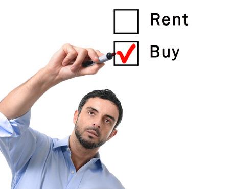 jonge knappe zakenman kiezen huren of kopen optie bij formular getik kopen doos met rode marker op glas geïsoleerd op een witte achtergrond in de woningbouw, onroerend goed en onroerend goed eigenaar concept Stockfoto