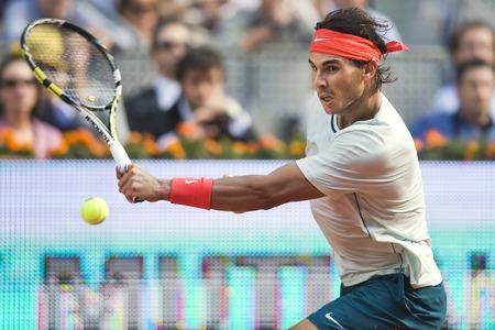 MADRID, SPAIN - 8 mei 2013: Spaanse tennisser Rafael Nadal keert een bal tijdens een wedstrijd van MUTUA Madrid Open 2013 gravel ATP World Tour Masters 1000-toernooi in Madrid, Spanje in La Caja Magica Venue Redactioneel