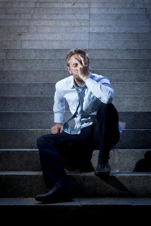 emotional pain: Hombre de negocios joven llanto abandonado perdido en la depresi�n que se sienta en la calle de tierra escaleras de concreto que sufren dolor emocional, tristeza, buscando enfermos en la iluminaci�n del grunge