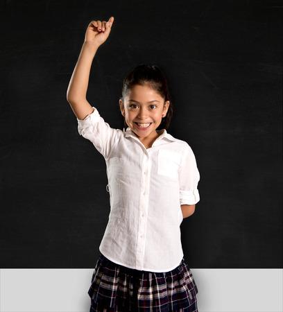 Gelukkig lieve kleine Spaanse schoolmeisje toenemen hand aan de docent bij kinderen onderwijs en succes op school-concept te beantwoorden in de voorkant van de klas schoolbord Stockfoto