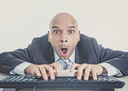 porno: junge Gesch�ftsmann Eingabe auf Computer-Tastatur mit lustigen Gesichtsausdruck auf Anschauen von Porno-online und Internet-Chat und Social Network-Sucht-Konzept isoliert auf wei�em Hintergrund