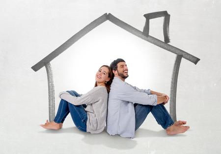 실제 상태 개념 미소 사랑에 젊은 매력적인 현대 부부가 함께 바닥에 앉아 생각하고 자신의 새 집, 집 이미징 행복, 평면 또는 아파트