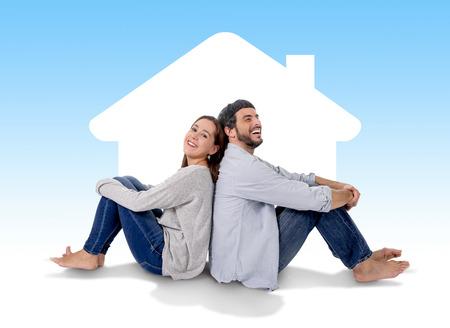 愛思考とイメージングの新しい家、家、フラットまたは本当の状態の概念のアパートの床に幸せ一緒に座って笑みを浮かべて、魅力的なとモダンな