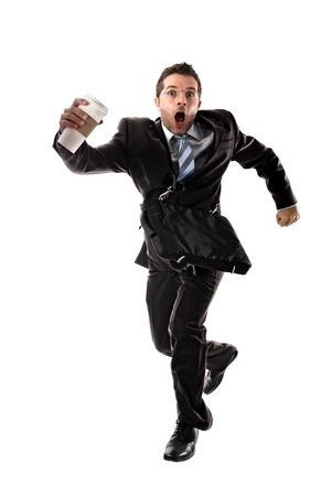 hurry up: giovane uomo d'affari attraente con asporto caff� in ritardo al lavoro indossando giacca e cravatta in fretta all'ufficio dello stress e superlavoro concetto isolato su sfondo bianco Archivio Fotografico
