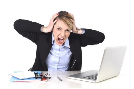 jonge aantrekkelijke zakenvrouw gefrustreerd en wanhopige uitdrukking op het kantoor werken op de computer laptop in stress op het werk begrip schreeuwen boos geïsoleerd op een witte achtergrond