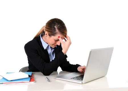 jonge aantrekkelijke zakenvrouw werken op kantoor computer laptop zitten op kantoor gefrustreerd, overwerkt lijden stress, hoofdpijn, depressie en problemen op het werk
