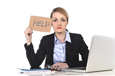 jonge aantrekkelijke gefrustreerd en moe zakenvrouw met hulp teken bericht overwerkt op het kantoor van de computer, uitgeput, verdrietig onder druk en stress op wit wordt geïsoleerd