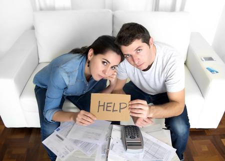 haushaltshilfe: junges Paar besorgt Notwendigkeit Hilfe bei Stress zu Hause Couch Rechnungswesen Schulden Rechnungen Bankpapiere Ausgaben und Zahlungen Gefühl verzweifelt in schlechten finanziellen Situation