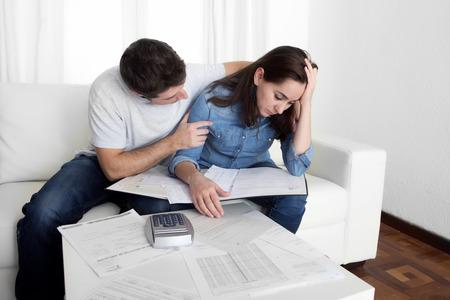 Jong stel bezorgd thuis in stress echtgenoot troostende vrouw boekhoudkundige schuld rekeningen bank papieren uitgaven en betalingen gevoel wanhopig in slechte financiële situatie Stockfoto - 34312408