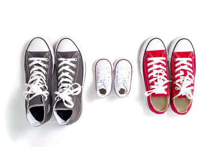 Drie paar schoenen in grote vader, moeder middelgrote en zoon of dochter een klein kind grootte vertegenwoordigt familie, groei, onderwijs en saamhorigheid concept Stockfoto - 34600495